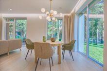 round-brown-wooden-5-piece-dining-set-in-room-1571463 / Unsplash.com